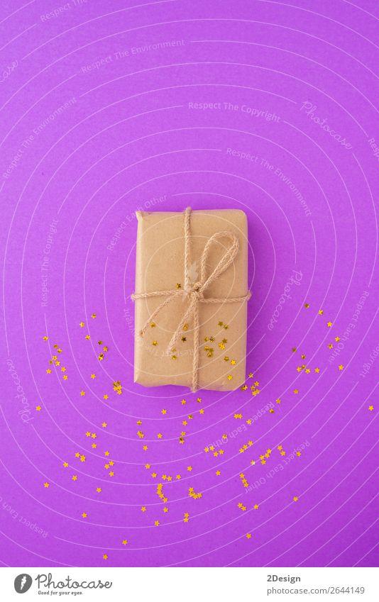 Fröhliche Weihnachtskarte mit Geschenkbox in Kraftpapier verpackt. kaufen Design Winter Dekoration & Verzierung Feste & Feiern Weihnachten & Advent Handwerk