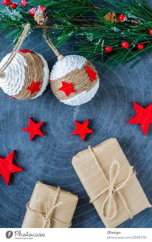 Einige Weihnachtsgeschenke in dekorativen Boxen auf dunklem Hintergrund kaufen Stil Design Winter Dekoration & Verzierung Feste & Feiern Weihnachten & Advent