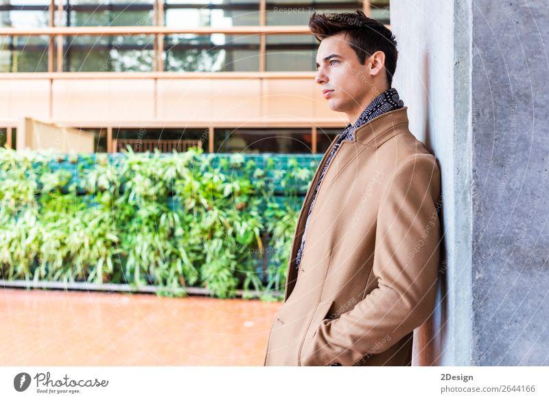 Junger Mann in Winterkleidung auf der Straße. Lifestyle elegant Stil schön Haare & Frisuren Mensch Erwachsene Jugendliche Herbst Mode Bekleidung Jeanshose