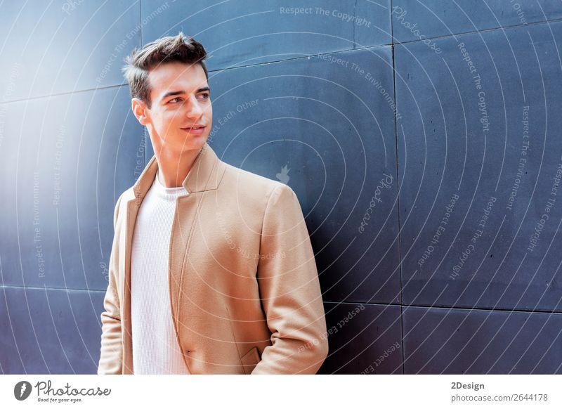 Junger Mann in Winterkleidung steht auf der Straße. Lifestyle elegant Stil schön Haare & Frisuren Mensch Erwachsene Jugendliche Herbst Mode Bekleidung Jeanshose