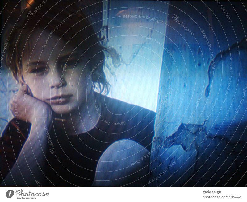 junge Gedanken Kind Mann blau Einsamkeit Junge Trauer Fernsehen Gedanke Medien