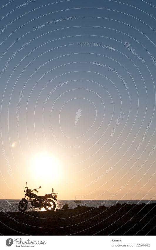 Biker-Romantik Wasser Wolkenloser Himmel Horizont Sonne Sonnenaufgang Sonnenuntergang Sommer Schönes Wetter Küste Meer Motorrad Wasserfahrzeug leuchten dunkel