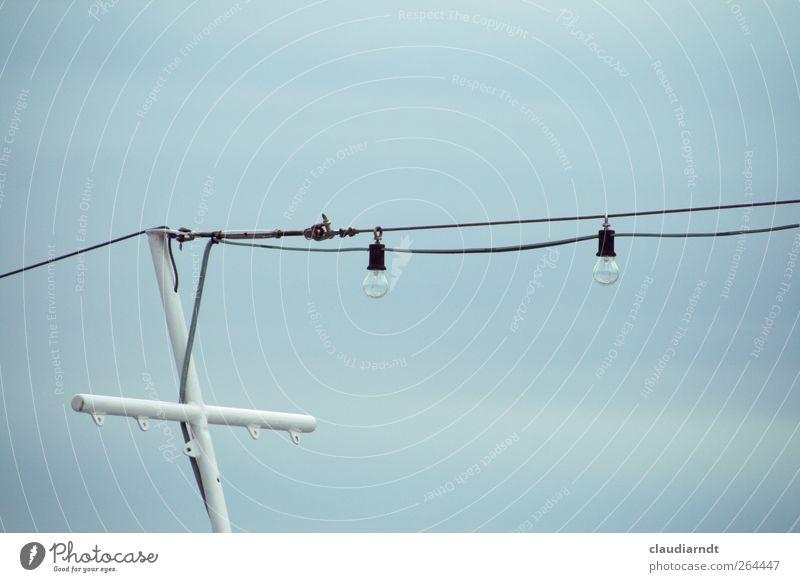 Lichtanlage Kabel Himmel Mast Strommast Elektrizität Glühbirne Beleuchtung einfach Lichterkette Farbfoto Außenaufnahme Detailaufnahme Menschenleer