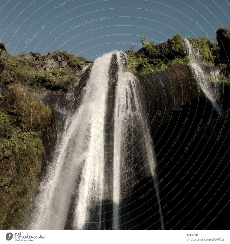 . Natur Landschaft Wasser Wolkenloser Himmel Sommer Schönes Wetter Moos Felsen Wasserfall seljalandsfoss nass blau grün schwarz Island Sonnenlicht Menschenleer