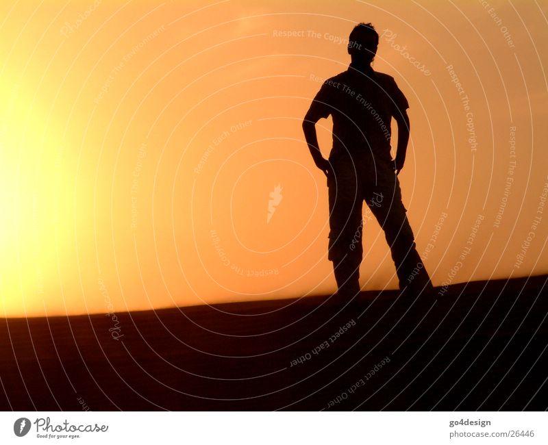 Wüstenmensch Mann Physik Einsamkeit ruhig Dubai Abenddämmerung Sonne Sonnenuntergang Silouette Sand Wärme Sundowner leer