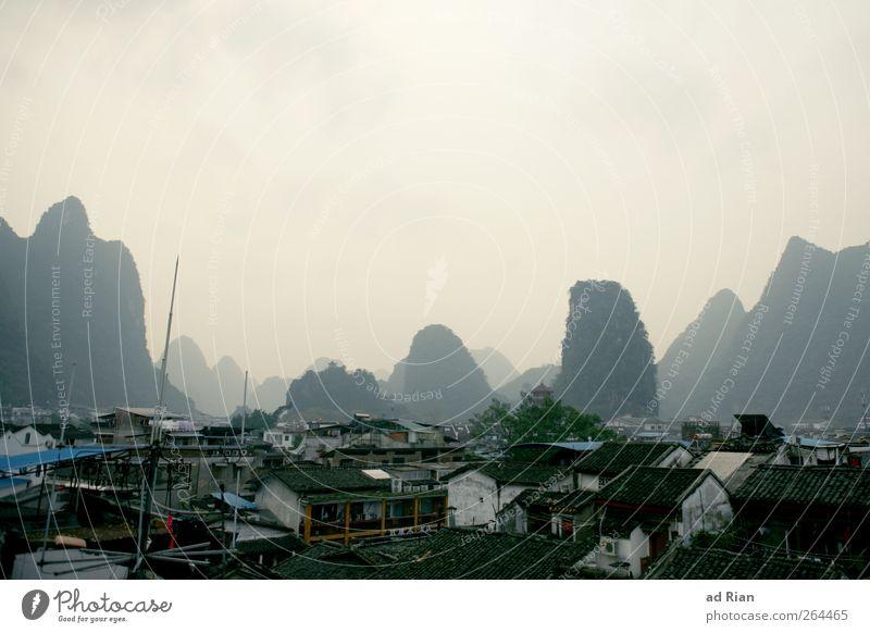 hinter sieben Bergen. Landschaft Himmel Hügel Felsen Berge u. Gebirge Karstlandschaft Yangshuo China Guilin Stadt Haus Dach Dunst Nebel Farbfoto Außenaufnahme