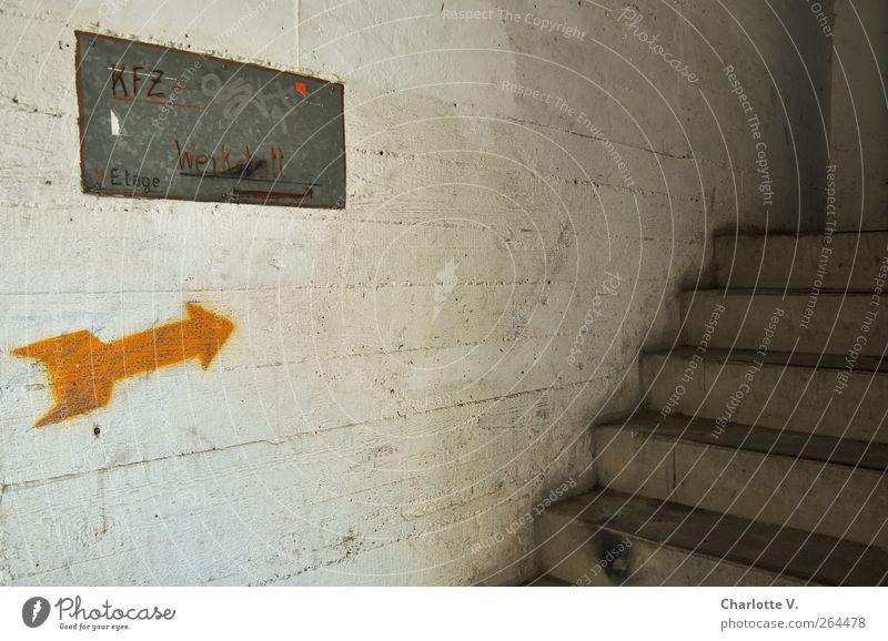 KFZ Werkstatt Parkhaus Mauer Wand Treppe Beton Metall Zeichen Schriftzeichen Schilder & Markierungen Pfeil dreckig dunkel hässlich kaputt trashig grau silber