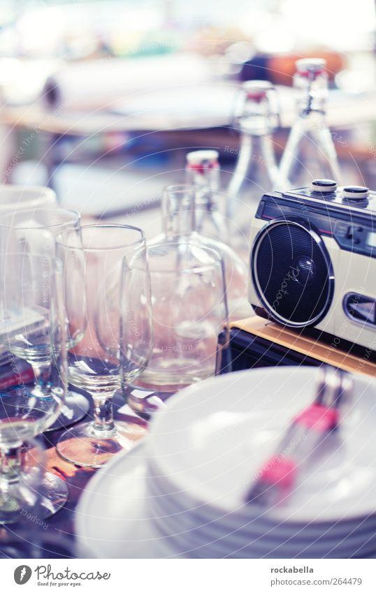 liebe dinge. Geschirr Teller Flasche Besteck Radiogerät glänzend retro Stil Glas Trödel Unschärfe Farbfoto Innenaufnahme Menschenleer Gegenlicht
