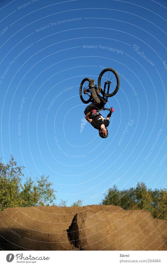 verkehrt herum? Mensch Himmel Jugendliche Sommer Sport Freiheit Bewegung springen lustig Fahrrad Freizeit & Hobby dreckig fliegen maskulin frei Abenteuer