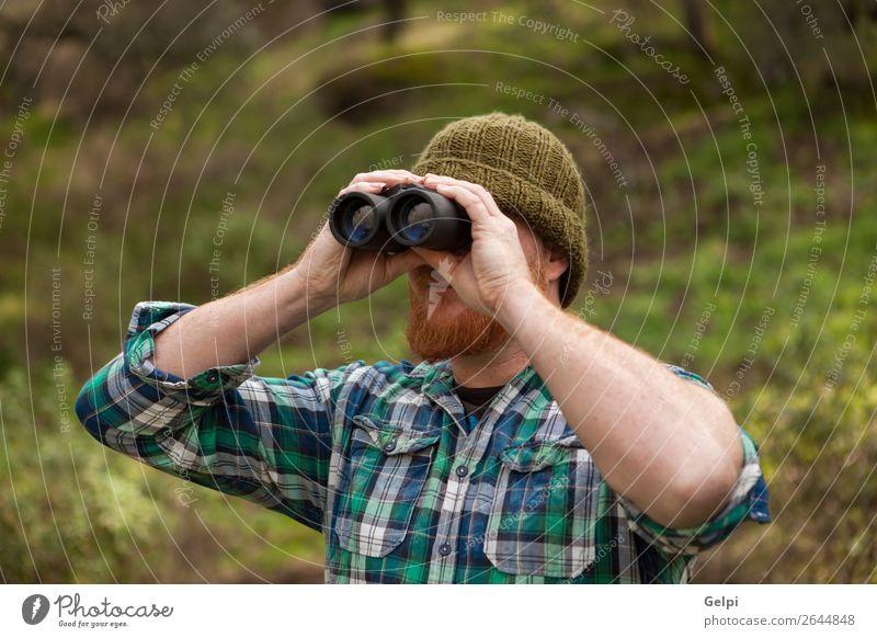 Rothaariger Mann, der ein Fernglas wirft. Lifestyle Stil Erfolg Business Mensch Erwachsene Umwelt Natur Landschaft Himmel Herbst Mode Hut rothaarig Vollbart