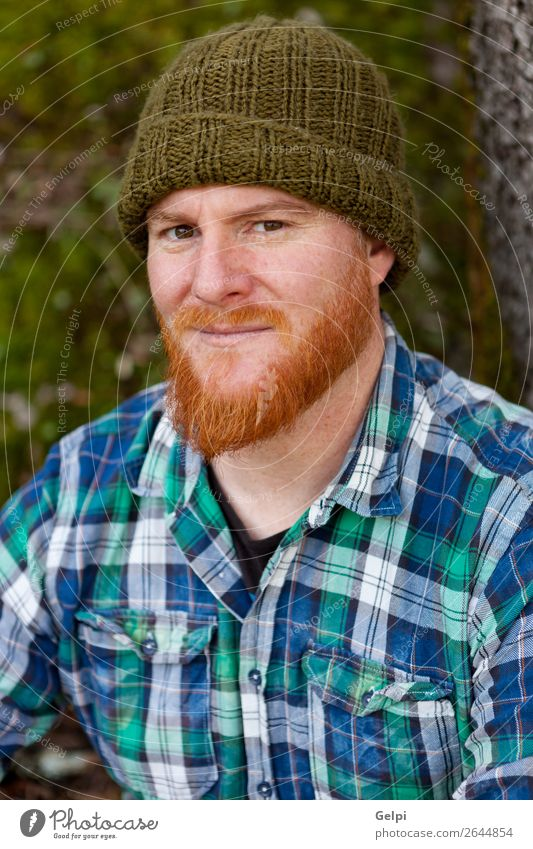 Porträt eines rothaarigen Mannes mit Blick auf die Kamera Stil Haare & Frisuren Mensch Erwachsene Natur Wald Oberlippenbart Vollbart Denken stehen Coolness