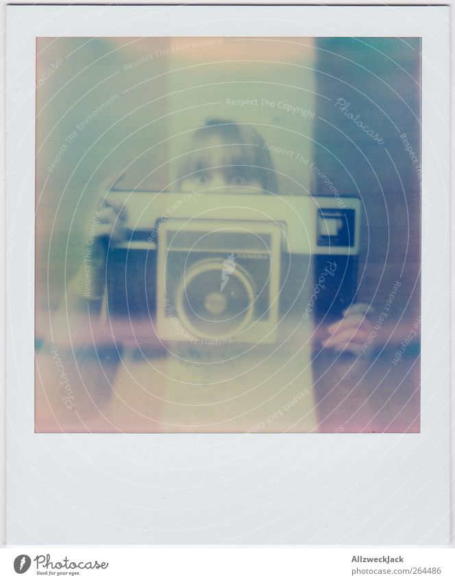 Auf die Größe kommts nicht an! Mensch Jugendliche Erwachsene Kopf Kunst Arbeit & Erwerbstätigkeit Fotografie groß Design Junge Frau 18-30 Jahre retro Neugier Fotokamera analog Überraschung