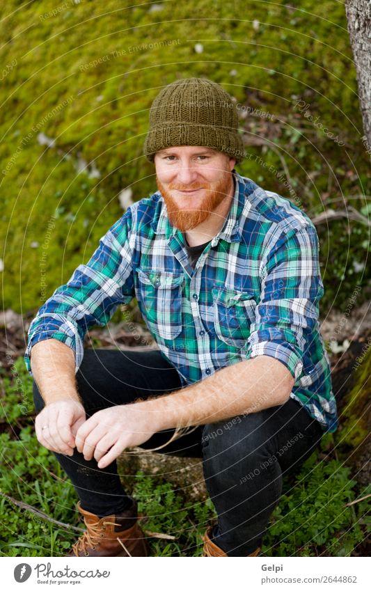 Porträt eines Hipster-Typs, der im Wald denkt. Stil Haare & Frisuren Mensch Mann Erwachsene Natur Pflanze Baum Hut rothaarig Oberlippenbart Vollbart alt Denken