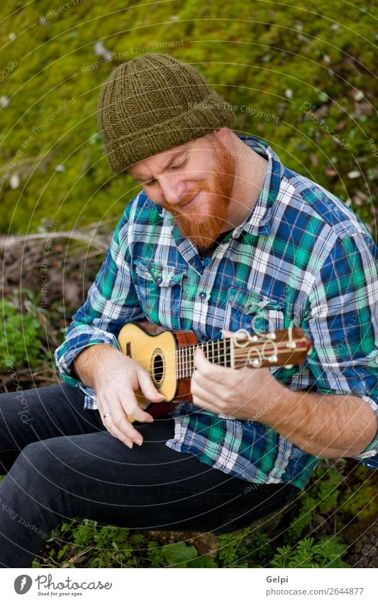 Hüfte Mann mit rotem Bart spielt eine Ukulelele. Freizeit & Hobby Spielen Entertainment Musik Mensch Erwachsene Musiker Natur rothaarig Oberlippenbart Coolness