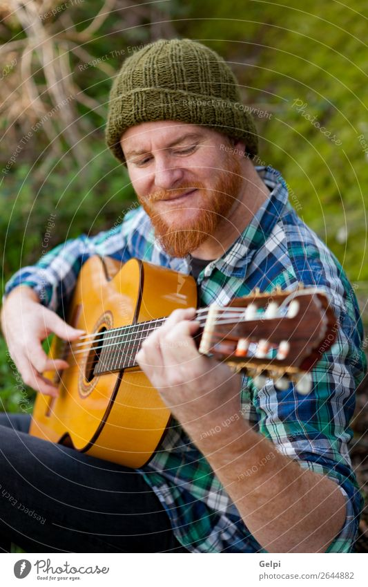 Hipster Mann mit Rotbart beim Gitarre spielen Freizeit & Hobby Spielen Entertainment Musik Mensch Erwachsene Musiker Natur rothaarig Oberlippenbart Coolness