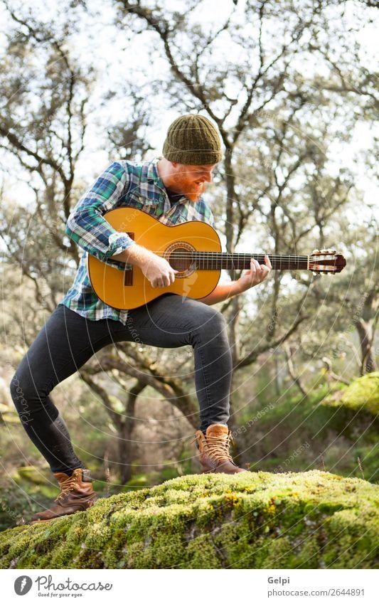 Gitarrist mit verrücktem Gesicht, der Gitarre spielt. Freizeit & Hobby Spielen Entertainment Musik Mensch Mann Erwachsene Musiker Natur rothaarig Oberlippenbart