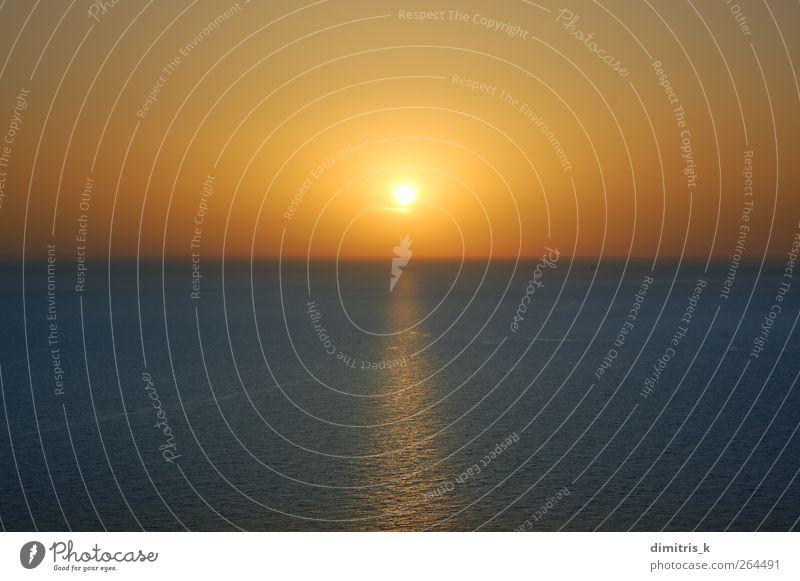 Sonnenuntergang über dem Wasser Meer Wellen Umwelt Natur Landschaft Himmel Horizont Küste träumen blau Gelassenheit Farbe offen übersichtlich Nirgendwo orange