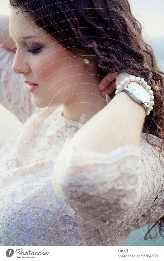 princess feminin Junge Frau Jugendliche 1 Mensch 18-30 Jahre Erwachsene Mode Accessoire brünett langhaarig Locken schön Prinzessin Spitze Farbfoto Außenaufnahme