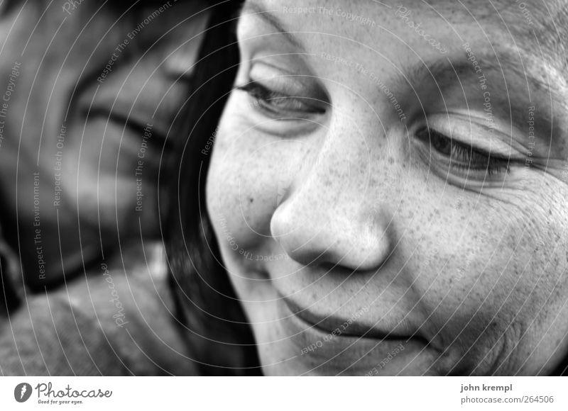 Er kaut mir ein Ohr ab maskulin feminin Junge Frau Jugendliche Mann Erwachsene Partner Gesicht 2 Mensch 18-30 Jahre Lächeln Liebe träumen Freundlichkeit Glück
