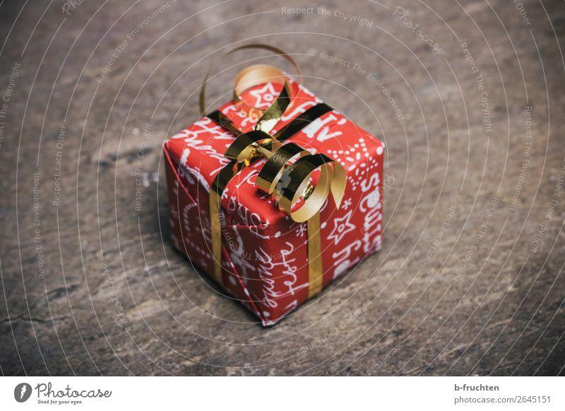 Weihnachtsgeschenk kaufen Reichtum Geld sparen Feste & Feiern Weihnachten & Advent Verpackung Paket Schleife warten einfach Billig gold rot Solidarität