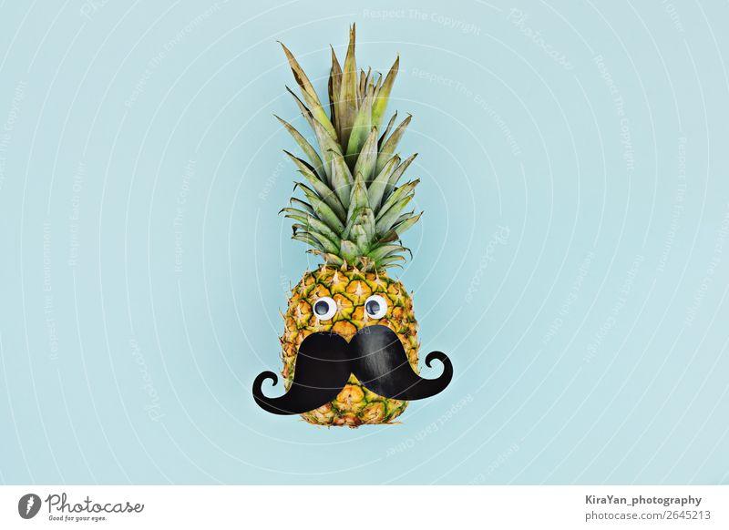 Lustiges Gesicht reife Fruchtananas mit Schnurrbart auf blauem Hintergrund Behandlung Sommer maskulin Mann Erwachsene Oberlippenbart Schutz Hoffnung Ananas