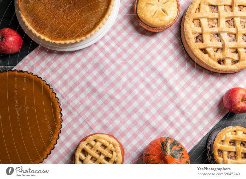 Tisch mit vielen verschiedenen süßen Torten. Hausgemachte Backwaren. Kuchen Dessert Süßwaren Küche Erntedankfest außergewöhnlich rosa Tradition obere Ansicht