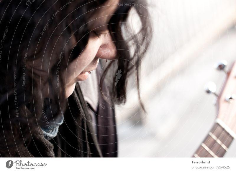 diamant. Frau Haare & Frisuren schwarz dunkel braun gelockt lockig wellig Ukulele Musik Straßenmusiker Konzentration Piercing Auge Lippen Mund Gesicht vertieft.