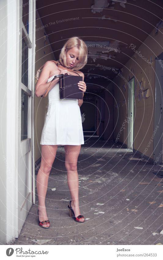 #264533 Mensch Frau Jugendliche schön Erwachsene dunkel Leben Wand Mauer Stil Mode Tür blond Abenteuer Häusliches Leben stehen