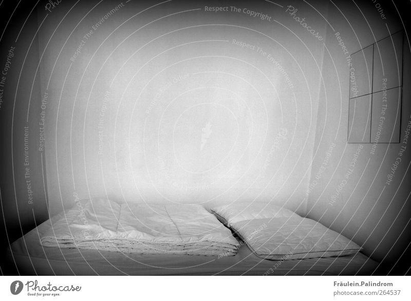 Dunkelkammer. weiß Einsamkeit schwarz dunkel kalt grau Innenarchitektur Raum Angst Armut gefährlich schlafen trist bedrohlich Bett Sauberkeit