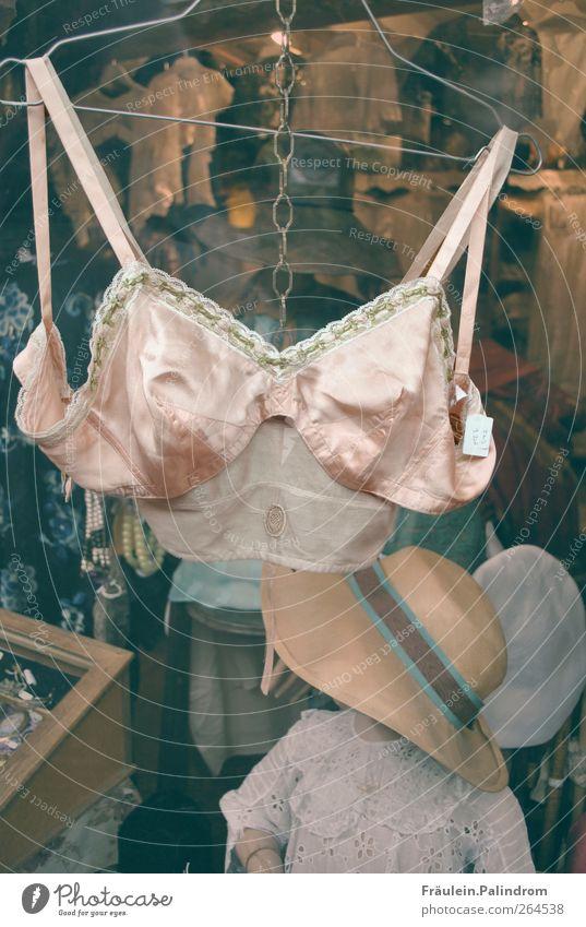 Omas Reizwäsche. alt Stadt schön feminin Erotik Mode Zeit rosa modern Zukunft kaufen Wandel & Veränderung einzigartig Hut Brust trashig