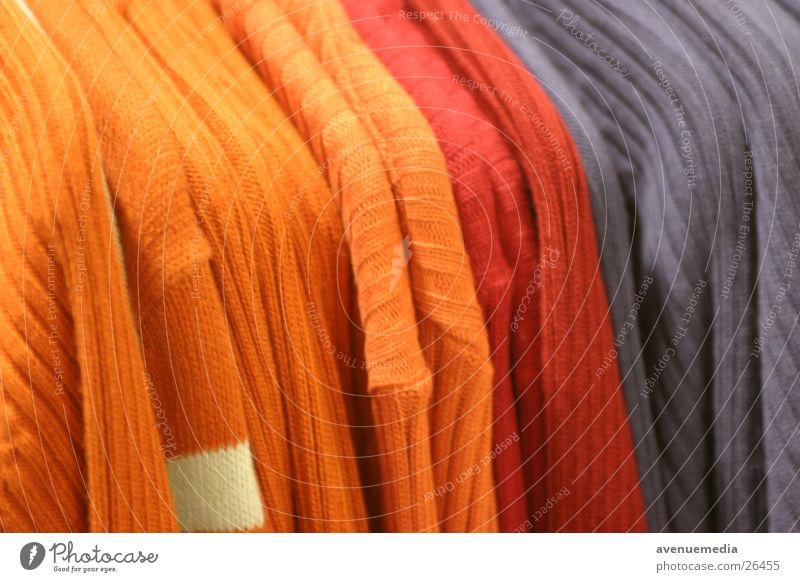 Wollpulli - aufgehängt blau rot gelb orange Bekleidung Dinge Pullover Wolle Kleiderständer