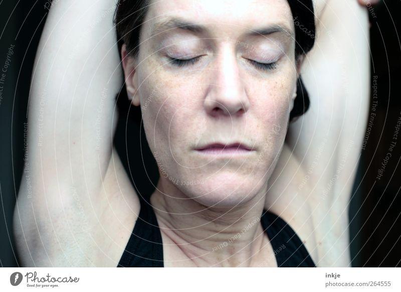 Stille Mensch Frau schön ruhig Gesicht Erwachsene Erholung Leben Gefühle Stimmung Zufriedenheit Fitness Konzentration sportlich Meditation bleich