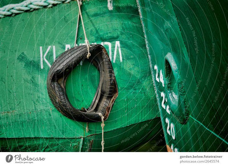 Reifenabnutzung Schifffahrt Fischerboot Gummireifen Metall Stahl Kunststoff alt kaputt grau grün schwarz silber weiß authentisch Farbfoto Außenaufnahme