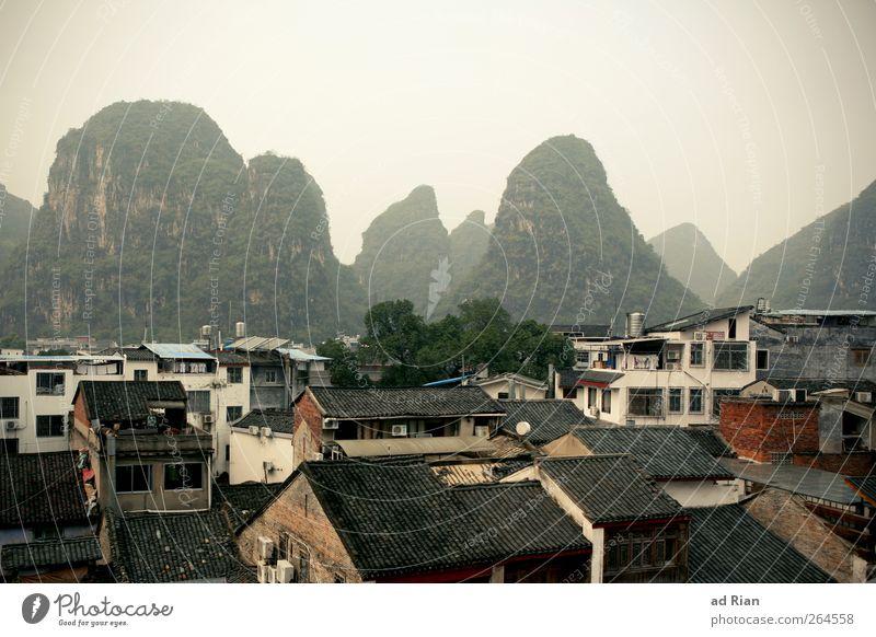 pickel Natur Landschaft Himmel Wolken Horizont Hügel Felsen Berge u. Gebirge Gipfel karstberge Yangshuo China Kleinstadt Stadtzentrum Altstadt Haus Dach
