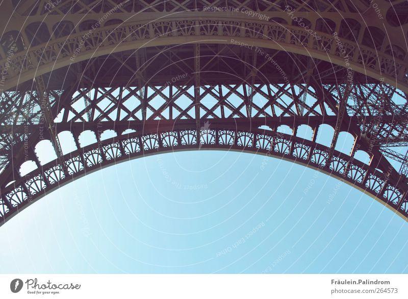 Unter'm [...]Turm. Luft Himmel Wolkenloser Himmel Sonnenlicht Paris Frankreich Europa Stadt Hauptstadt Stadtzentrum Platz Brücke Tor Bauwerk Gebäude Architektur