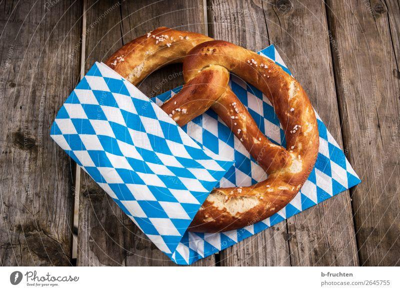 Frische Breze Lebensmittel Teigwaren Backwaren Brötchen Ernährung Büffet Brunch Picknick Holz wählen frisch genießen Oktoberfest Brezel bayerisch Bayern