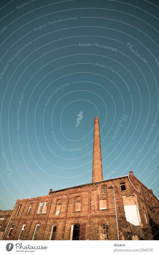 industrial [2] Himmel Wolkenloser Himmel Sonnenlicht Wetter Schönes Wetter Menschenleer Industrieanlage Fabrik Ruine Bauwerk Gebäude Architektur Mauer Wand
