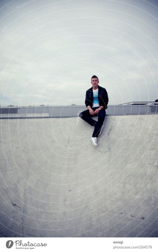 gemütlich maskulin Junger Mann Jugendliche 1 Mensch 18-30 Jahre Erwachsene Stadt sitzen Sportpark Beton Betonwand dunkel Farbfoto Gedeckte Farben Außenaufnahme