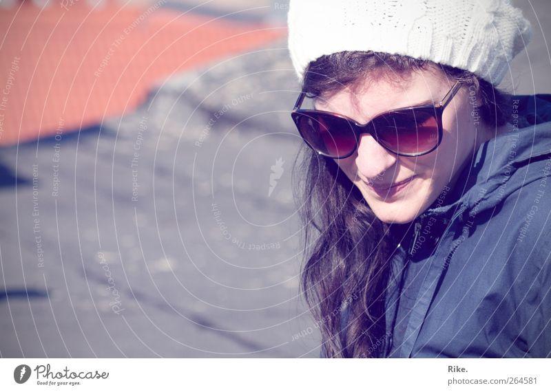 Hier & jetzt. Mensch feminin Junge Frau Jugendliche Gesicht 1 18-30 Jahre Erwachsene Accessoire Sonnenbrille Mütze brünett langhaarig Erholung Lächeln träumen