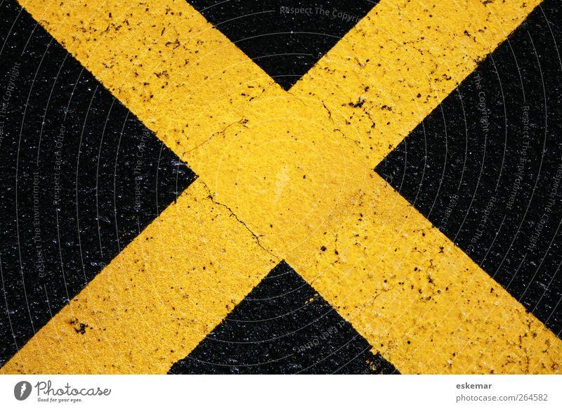 gelbes Kreuz schwarz gelb Straße oben Wege & Pfade Schilder & Markierungen Verkehr Ziel einfach Zeichen nah Halt Verkehrszeichen quer Fahrbahnmarkierung