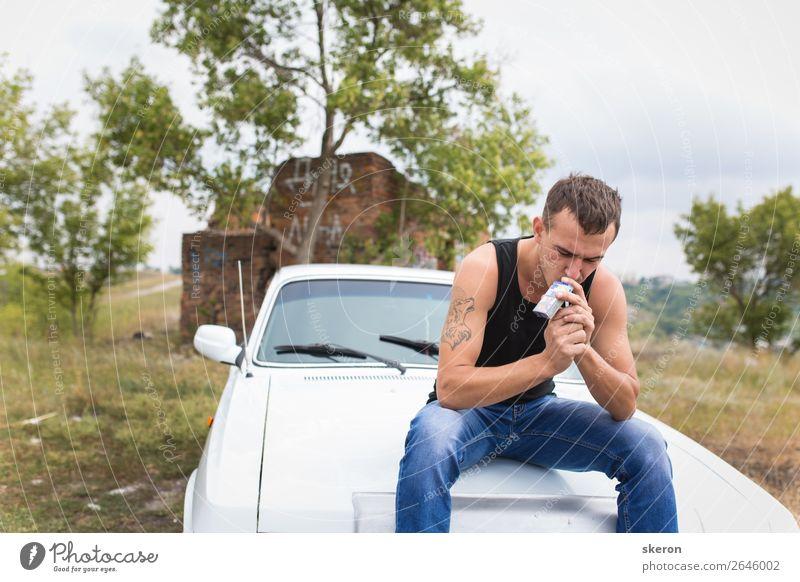 brutaler Kerl, der auf dem Auto sitzt und eine Zigarette raucht. Lifestyle kaufen Freizeit & Hobby Spielen Ferien & Urlaub & Reisen Ausflug Abenteuer Ferne