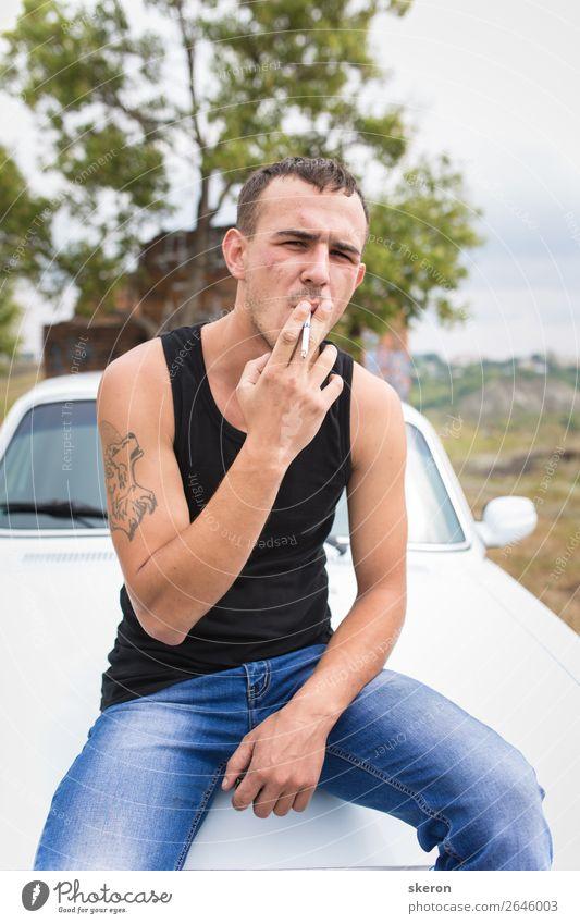 brutaler Kerl mit einer Tätowierung raucht eine Zigarette. Kindererziehung Bildung Arbeit & Erwerbstätigkeit Beruf maskulin Junger Mann Jugendliche 1 Mensch