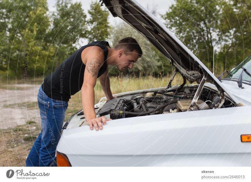 junger Mann, der ein altes Auto repariert. Lifestyle Stil Freizeit & Hobby Spielen Ferien & Urlaub & Reisen Tourismus Ausflug Abenteuer Mensch maskulin