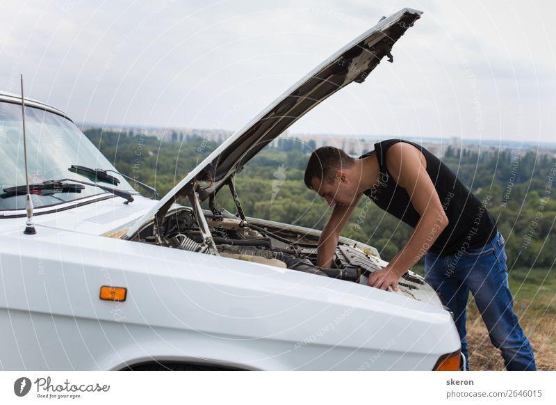 junger Mann, der ein altes Auto repariert. Lifestyle kaufen Freizeit & Hobby Spielen Sport Fitness Sport-Training Mensch maskulin Junger Mann Jugendliche 1