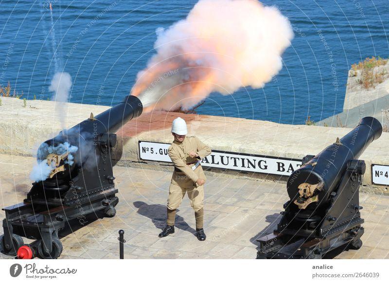 Begrüßungsakku maskulin 1 Mensch 18-30 Jahre Jugendliche Erwachsene 30-45 Jahre Malta Europa Altstadt Schutzbekleidung Helm Uniform Kanonen Kanonenkugel