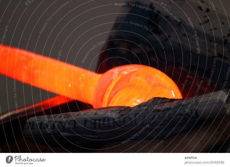 Heißglas Zeitung alt Glas Papier Reinigen heiß orange Packpapier umhüllen Arbeitsplatz Werkstatt Fabrik Gußformen Detailaufnahme Farbfoto Gedeckte Farben