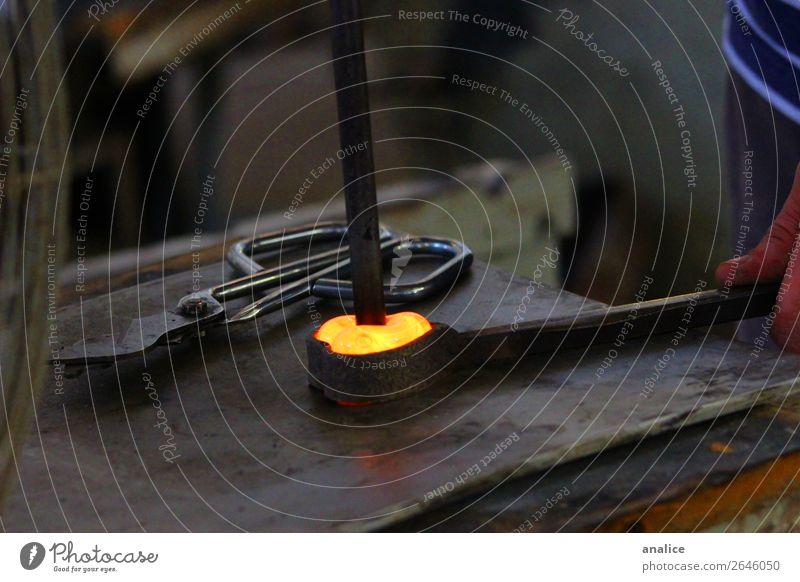 Liebe gestalten Schere Gußformen Hand Leiste Werkzeug Strukturen & Formen Herz herzförmig Glas Feuer heiß Arbeitsplatz Werkstatt Fabrik herzbrechend staubig
