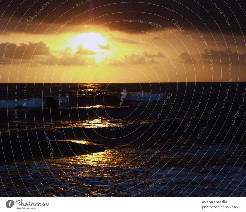 Sonne in Richtung Horizont gelb rot Meer Wellen Wolken Dämmerung Strand Ferien & Urlaub & Reisen orange Abend Sonnenuntergang