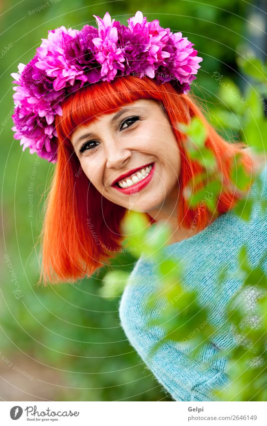 Attraktives rothaariges Mädchen mit Blumenkranz Lifestyle Stil Freude Glück schön Haare & Frisuren Gesicht Wellness ruhig Sommer Mensch Frau Erwachsene Park