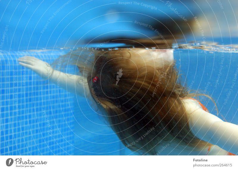 Relax! Mensch feminin Mädchen Kindheit Haut Kopf Haare & Frisuren Arme Hand 1 Urelemente Wasser nass blau Schwimmbad Schwimmen & Baden Zufriedenheit Erholung